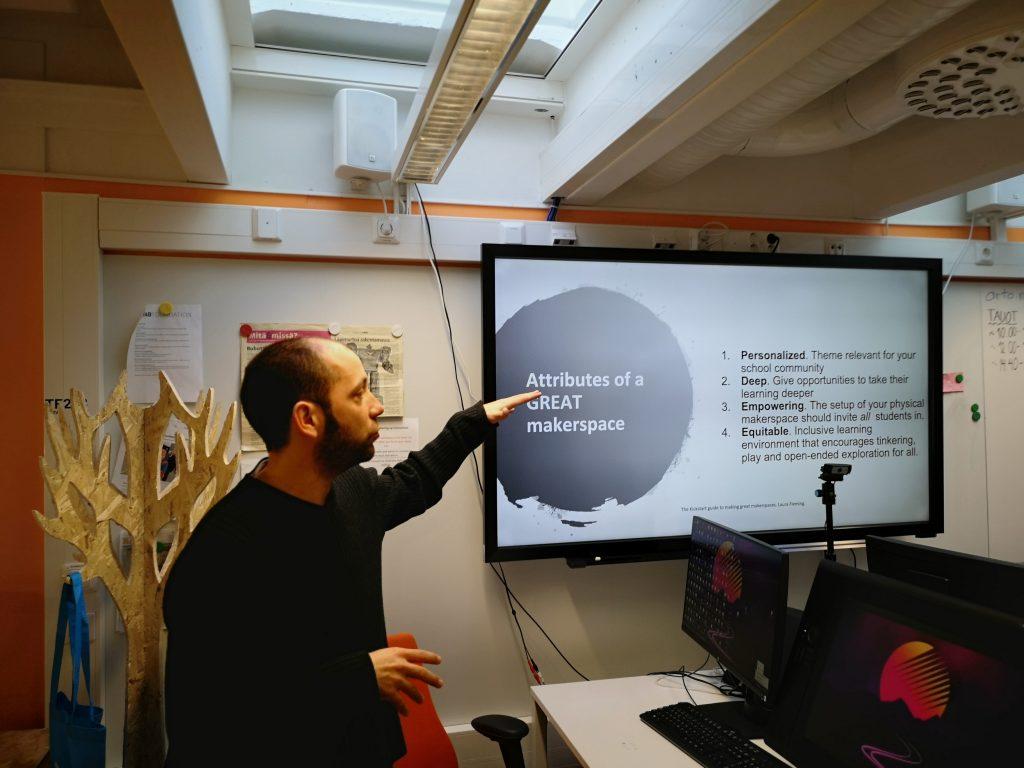 Iván Sánchez Milara kertoo Oulun Yliopiston Fab Labin työpajassa STEAM-opettajille, miten syntyy hyvä makerspace-tila.