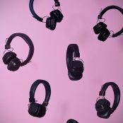 Mustia sankakuulokkeita pinkillä taustalla.