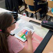 Lapsi käyttää iPadia.