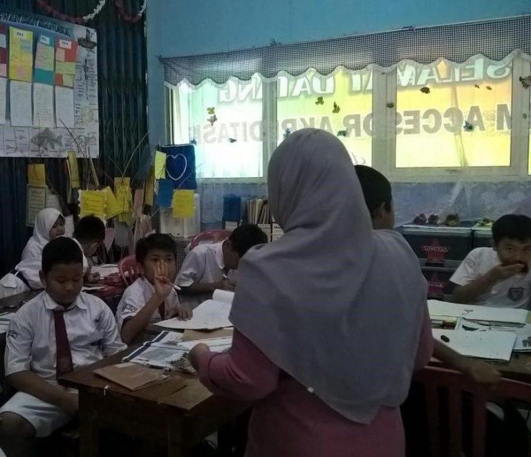 Opettaja ja oppilaita Indonesialaisessa luokkahuoneessa
