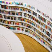 Kirjoja kaarevassa kirjahyllyssä kirjastossa